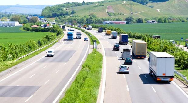 Mehr Lkw sollen künftig auf mehr Straßen zur Kasse gebeten werden.