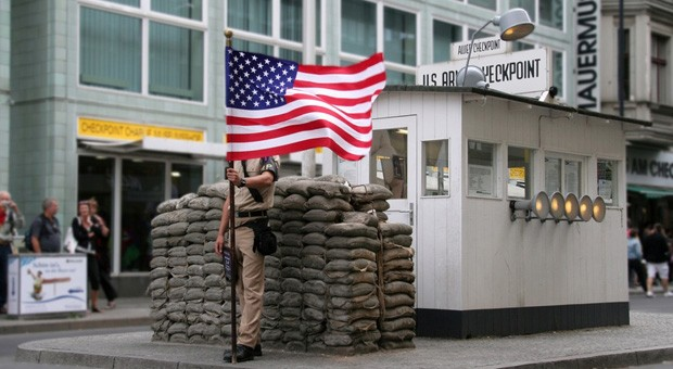 Ein falscher Grenzsoldat am Checkpoint Charlie in Berlin