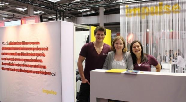 Maximilian Schmiedel (l.) und Ana Christina Agüer (r.) mit Julia Wehmeier (impulse)
