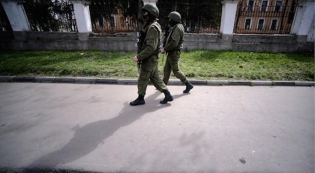 Zwei russische Soldaten patrouillieren in Simferopol,  der Hauptstadt der Krim