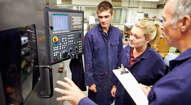 Ausbildung: Von erfahrenen Mitarbeitern lernen. Vor allem Metall- und Elektrobereich wird qualifizierter Nachwuchs gesucht.