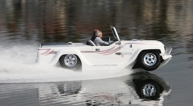 Auto und Boot in einem: das Amphibienfahrzeug aus Kalifornien.