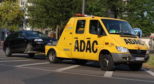 Eein ADAC-Pannenhelfer schleppt ein defektes Auto ab