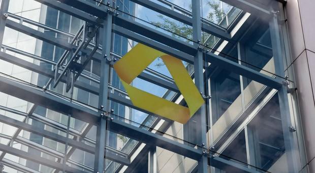 Das Commerzbank-Logo an der Zentrale in Frankfurt am Main