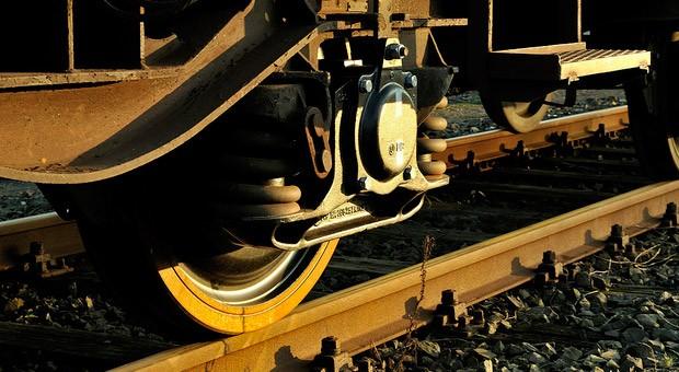 Räder einer Güterzugs auf Schienen
