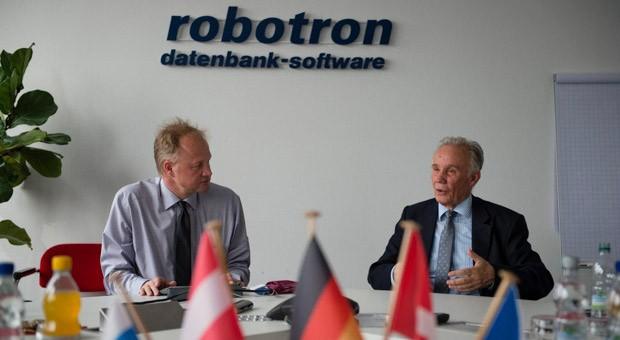 Rolf Heinemann (rechts), Gründer des IT-Dienstleisters Robotron und sein Sohn Ulf (links), der ebenfalls Mitglied der Geschäftsführung ist.