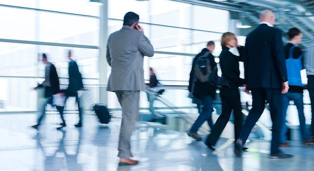 Ob auf einer Geschäftsreise oder im Urlaub: Telefonieren im Ausland wird günstiger.