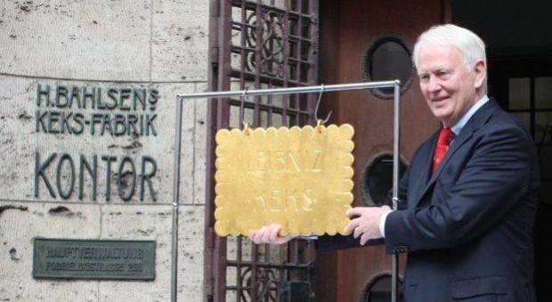 Werner M. Bahlsen vor dem Stammsitz in Hannover