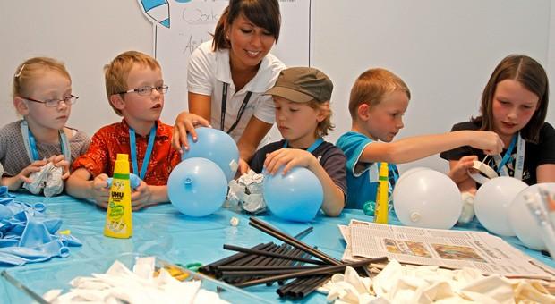 """Praktische Bildung: Bei Daimlers Bildungsinitiative """"Genius"""" werden zum Beispiel Luftballon-Airbags mit Kindern gebastelt."""