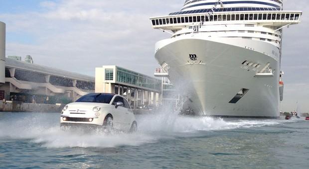 Nicht nur Schiffe können schwimmen: Der Fiat 500 Watercraft zeigt's der Konkurrenz auf dem Wasser.