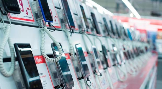 Smartphones in einer Media Markt-Filiale.