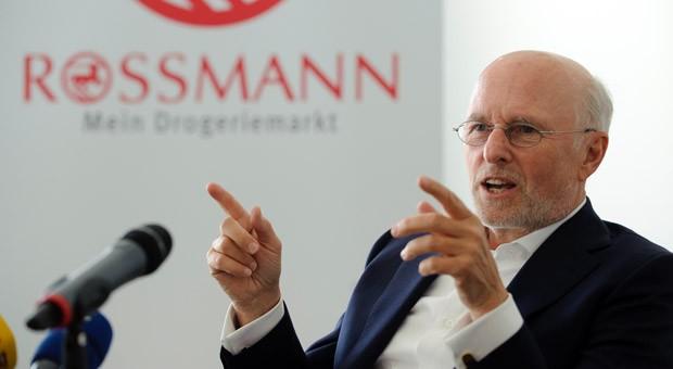 Firmengründer und -chef Dirk Rossmann auf der Jahrespressekonferenz 2011.