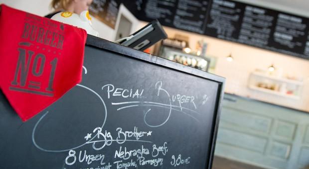 """Verschiedene Burger-Angebote bei """"Richie 'n Rose"""" in Düsseldorf: Immer mehr Edelburger-Anbieter machen den Fastfood-Ketten McDonalds und Burger King Konkurrenz."""