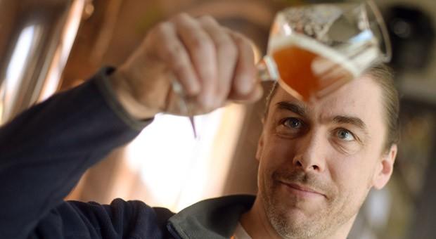 Braumeister Thorsten Schoppe begutachtet im Pfefferbräu in Berlin die Farbe eines seiner Biere.