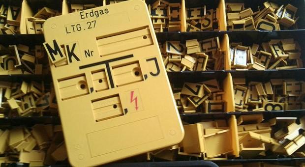 Erdgasleitungen im freien Gelände werden mit einem solchen Hinweisschild gekennzeichnet. Mit den Buchstaben im Kästchen werden noch weitere Angaben ergänzt.