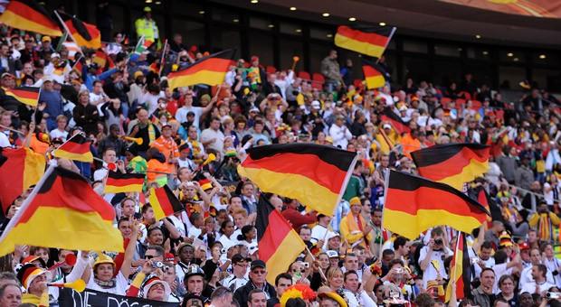 Deutsche Fußballfans beim WM-Spiel gegen Serbien in Südafrika: Nicht nur Fahnen sind ein Verkaufsschlager während einer Weltmeisterschaft.