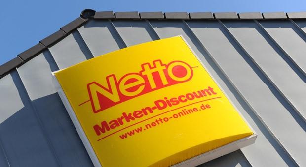 Eine Netto-Filiale in München: Dem Unternehmen sowie einigen Subunternehmen und Geschäftspartnern wird vorgeworfen, mit Lagerarbeitern und Staplerfahrern rechtswidrige Werksverträge abgeschlossen zu haben.