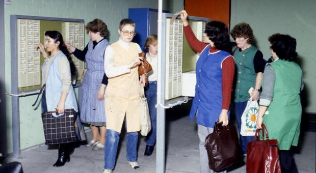 Mitarbeiterinnen an der Stechuhr beim Armaturenhersteller Grohe Mitte der 1980er Jahre.