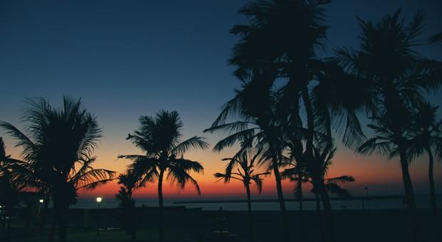 Sonnenuntergang am Strand in Dubai.