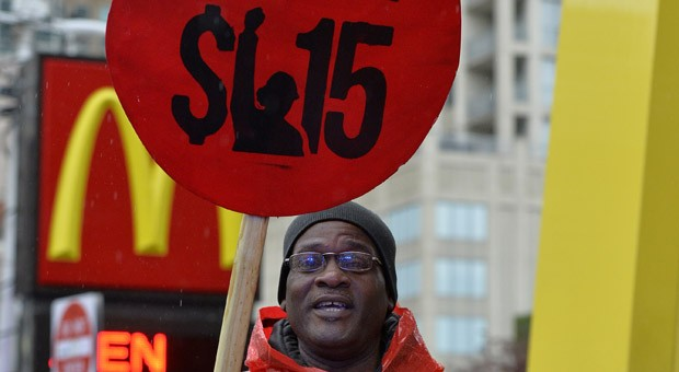 Ein Mitarbeiter von McDonald's demonstrierte am Donnerstag in Chicago für höhere Löhne.