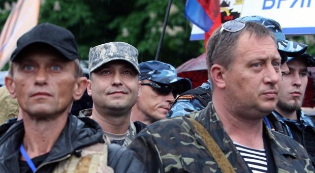 Bewaffnete pro-russische Separatisten bei einer Kundgebung in der Unruhe-Region Lugansk im Osten der Ukraine
