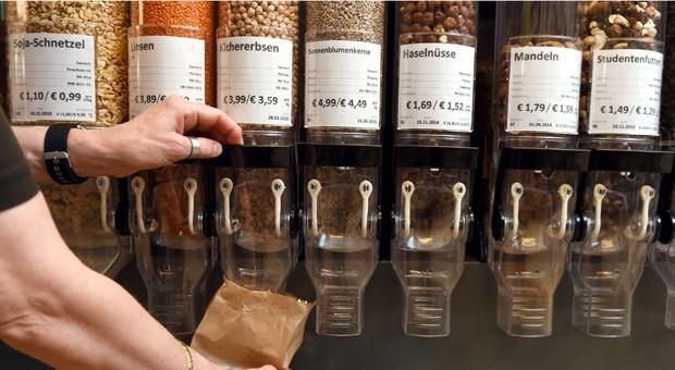"""Im Geschäft """"Biosphäre"""" im Berliner Stadtteil Neukölln werden Waren zum Teil unverpackt verkauft. Der Kunde kann sie in selbst mitgebrachte Behälter abfüllen - oder in bereitliegende Papiertüten."""