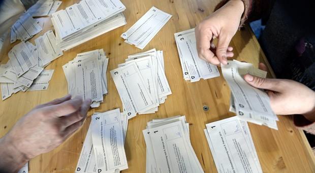 Wahlhelfer in Zürich zählen beim Referendum im Frühjahr 2014 die Stimmen aus. (Archiv)