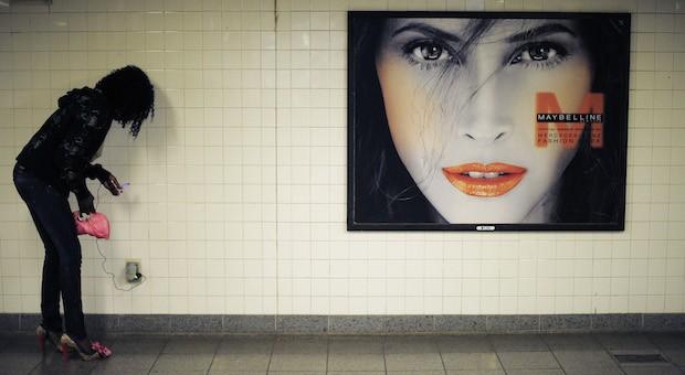 Auf dem richtigen Weg: In der New Yorker UBahn finden Fahrgäste zumindest Steckdosen, um den Stromdurst ihrer Handys zu stillen.