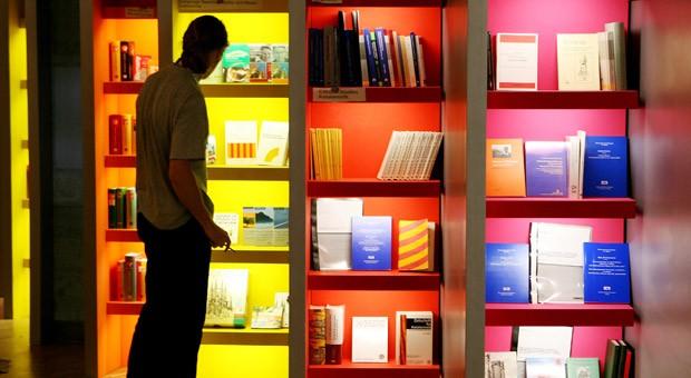 Bücherregale auf der Frankfurter Buchmesse: Der Weg dorthin ist für Verlage oft nicht einfach.