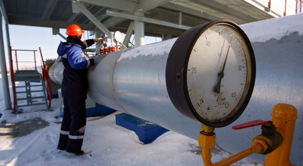 Ein Gazprom-Arbeiter kontrolliert in der Station Sudzha nahe der ukrainischen Grenze die Gasleitung.