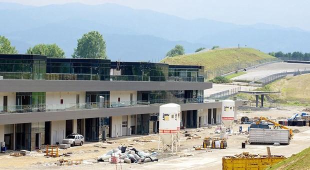 Das neue Fahrerlager und die Boxenanlage des Red-Bull-Rings im Juli 2010. Am Sonntag startet dort das erste Formel 1 Rennen in Österreich seit elf Jahren.