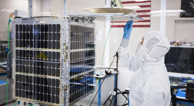 Ein Mitarbeiter von Skybox arbeitet an einem Satelliten.