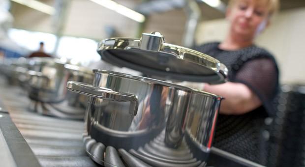 Eine Produktions-Mitarbeiterin im Stammwerk des Küchengeräteherstellers Württembergische Metallwarenfabrik AG (WMF) in Geislingen.