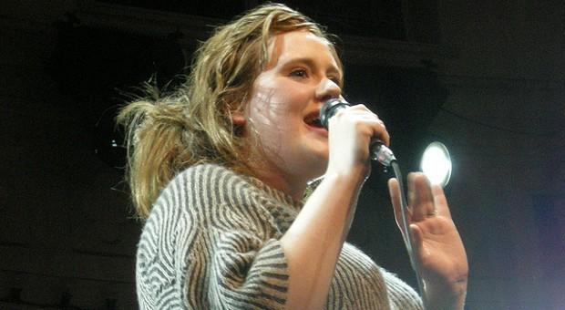Die Sängerin Adele auf der Bühne.
