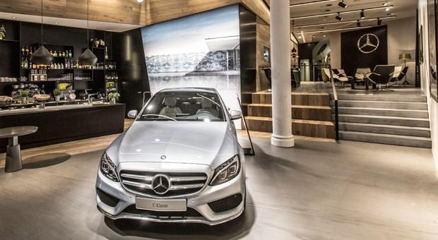 """Mehr Café als Autohaus: der erste """"Mercedes me""""-Laden in Hamburg."""