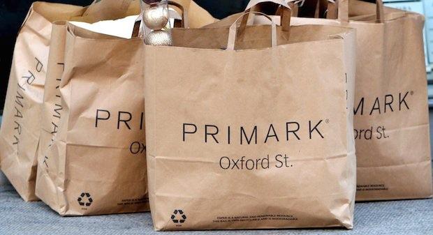 Einkaufstüten des Kleidungsdiscounters Primark