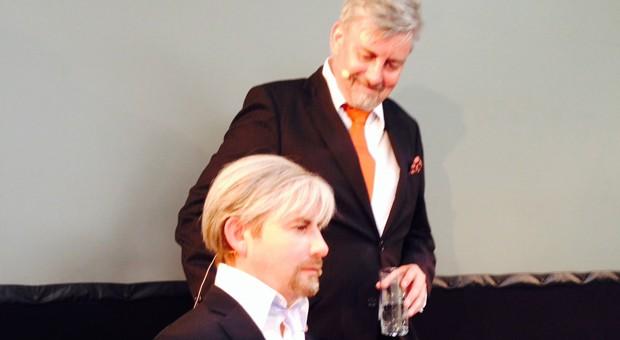 Henrik Schärfe (rechts) und sein Roboter.