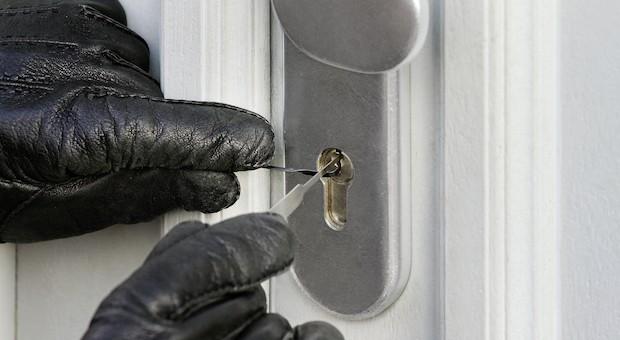 Einbrecher bei der Arbeit:  Mit den richtigen Maßnahmen zum Einbruchschutz verhindern Sie böse Überraschungen.