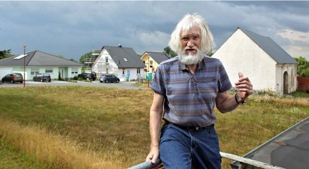 Der ehemalige Pfarrer von Mölbis, Karl-Heinz Dallmann, vor seinem Haus in Mölbis (Sachsen). Der Ort bei Espenhain mitten im Braunkohlerevier und umgeben von Tagebau, Abraumhalden und dem VEB Braunkohleveredlungswerk galt als schmutzigstes Dorf der DDR.