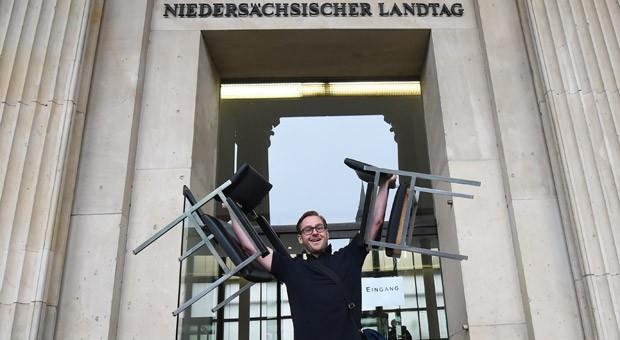 Er hatte die beiden letzten Stühle aus dem Landtag in Hannover ergattert: Die Exemplare aus dem Jahr 1962 standen für je 100 Euro zum Verkauf.