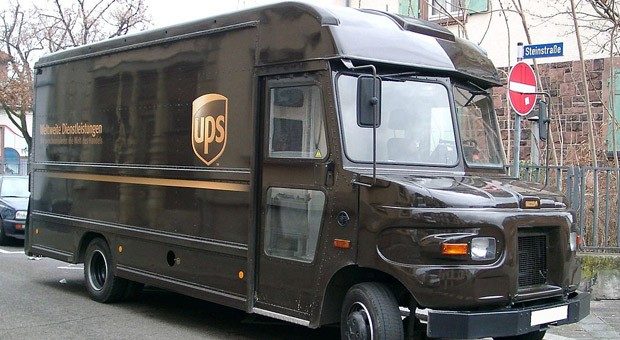 Ein Zustellwagen von UPS.