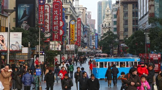 Die Nanjing Shopping Street in Shanghai, eine der größten Einkaufsstraßen der Welt.