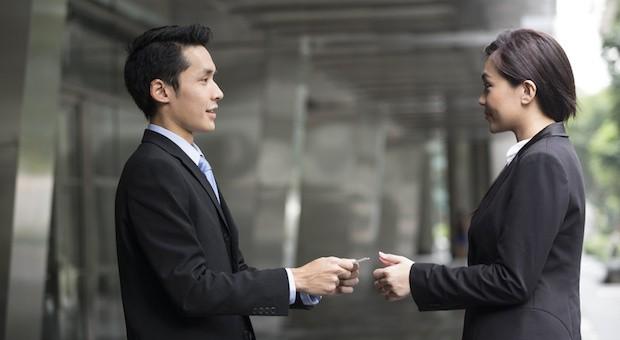 In China gilt es als respektvoll, die Visitenkarte mit beiden Händen zu überreichen.