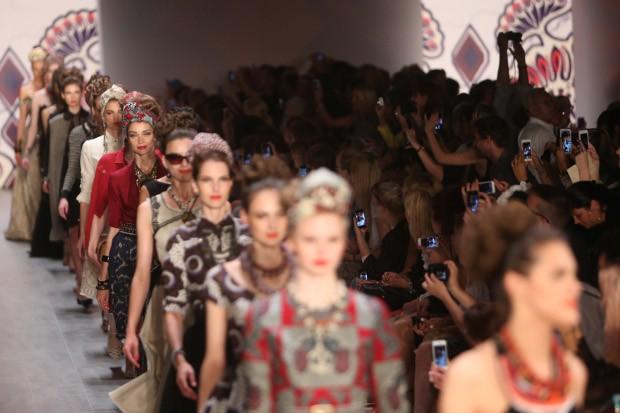 Bunt und kreativ zeigt sich die Berliner Fashion Week.