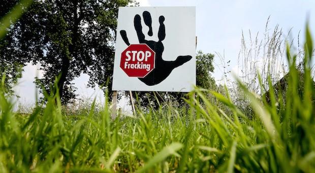 Ein Protestplakat gegen Fracking in Brünen (Nordrhein-Westfalen).