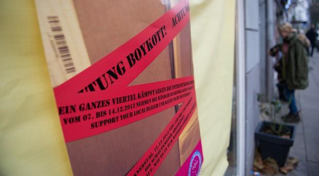 Aus Protest gegen die wachsende Konkurrenz im Internet haben Einzelhändler im Hamburger Grindelviertel vergangens Jahr einen Tag lang ihre Schaufenster verdunkelt.