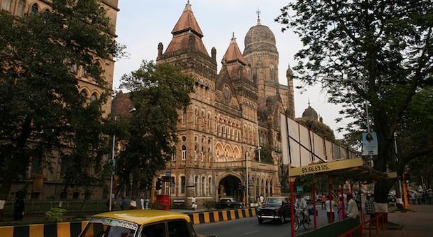 Eine belebte Straße in Mumbai