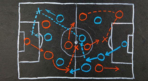 """Nach links passen, den Ball zurückgeben oder direkt schießen? """"Man muss in der Lage sein, das Denken einzustellen"""", sagt Mentalcoach Thomas Baschab über Stürmer vorm Tor."""