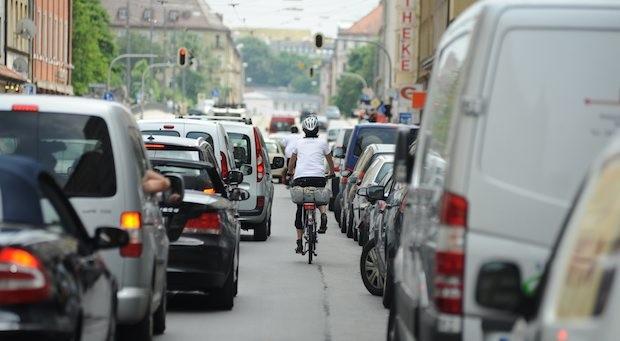 In Bayern regt sich Widerstand gegen die PKW-Maut auf allen Straßen (im Bild: eine Straße in München)