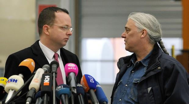 Prokon-Gründer Carsten Rodbertus (r) und Insolvenzverwalter Dietmar Penzlin bei einer Pressekonferenz im Januar 2014
